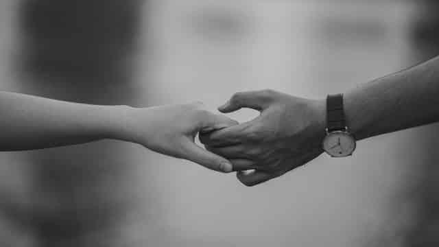 Mãos unidas em foto preta e branca