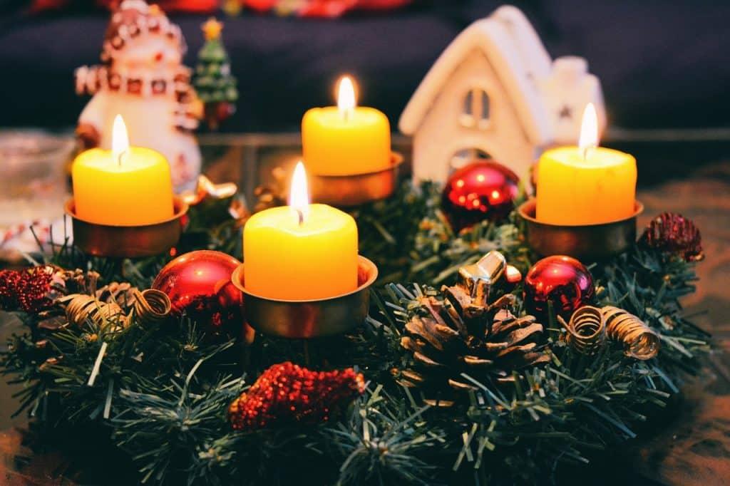 Enfeite de natal com velas acesas