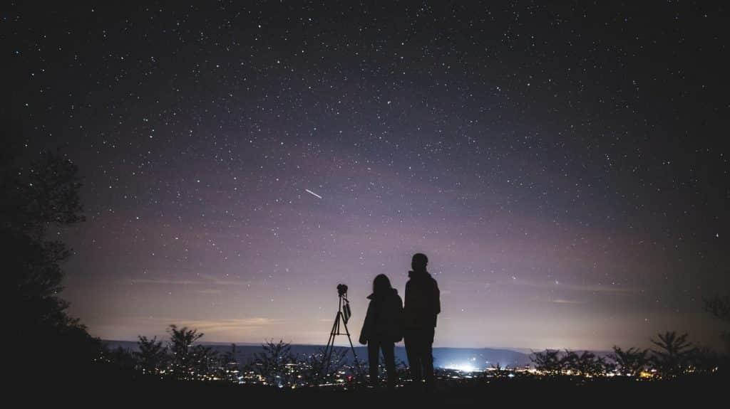Duas pessoas observando o céu