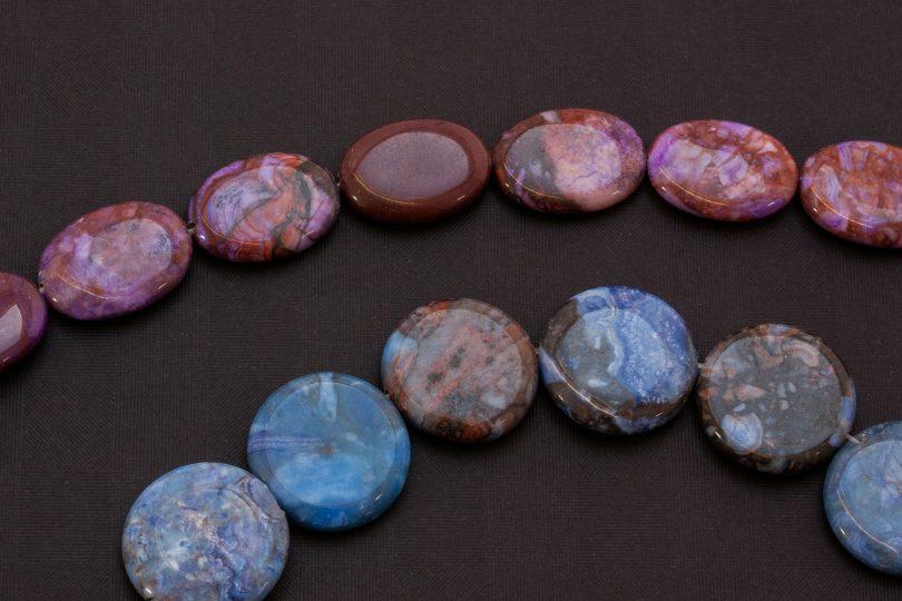 Imagem do cristal sodalita nas cores azul e marrom.