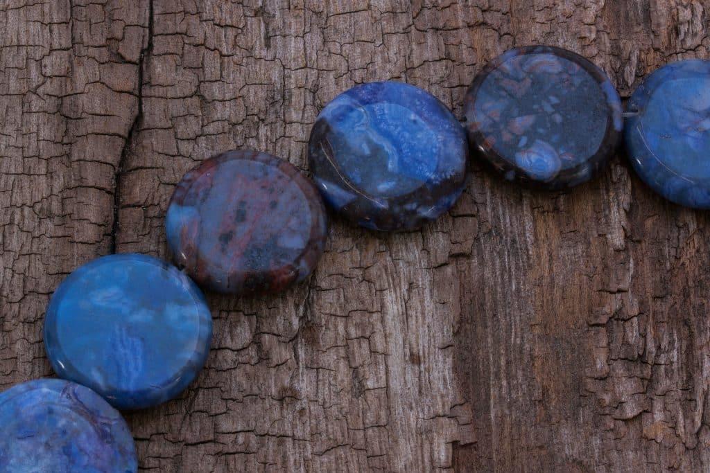 Imagem do cristal sodalita na cor azul. As pedras têm formato arredondado.