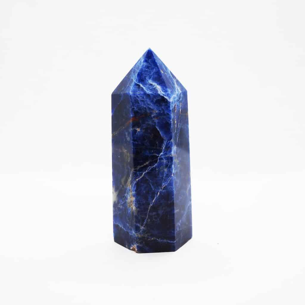 Imagem de um cristal de sodalita na cor azul-escuro.