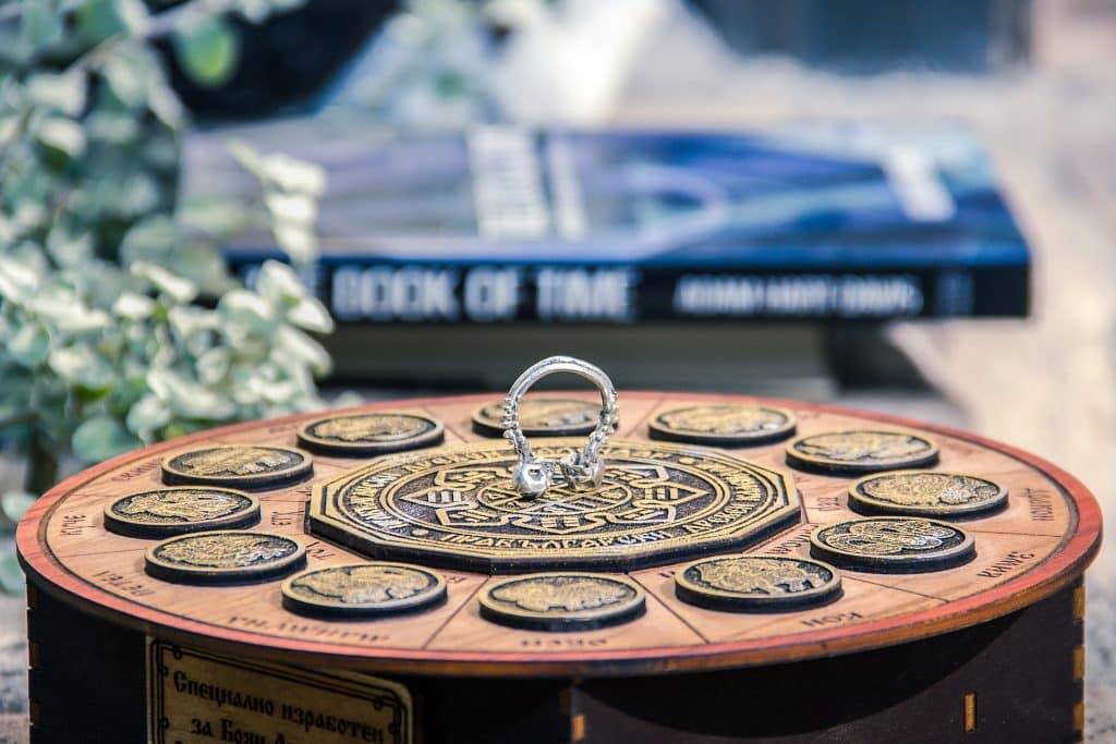 Imagem de um relógio feito de madeira representando o mapa astral com todos os 12 signos do zodíaco.