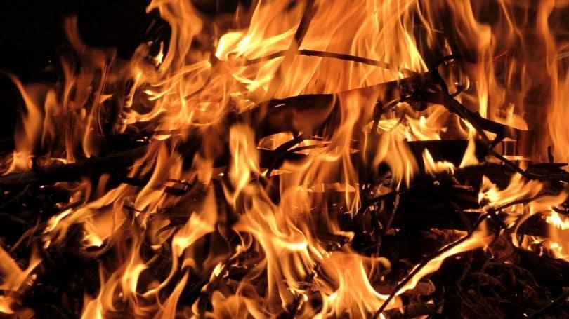 Imagem de várias madeiras pegando fogo.