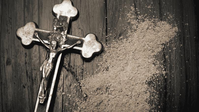 crucifixo ao lado de cinzas