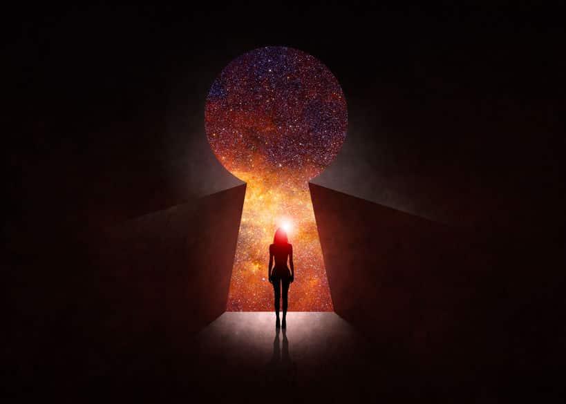 Silhueta de uma mulher olhando para o cosmos.
