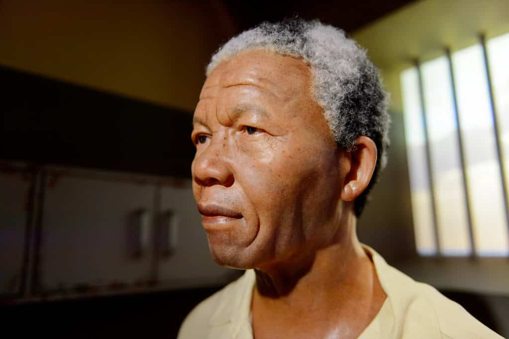 Imagem de perfil do rosto do ativista Nelson Mandela. Ele está na cela da prisão.