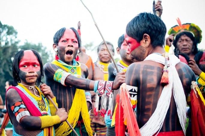 Crianças indígenas unidas.