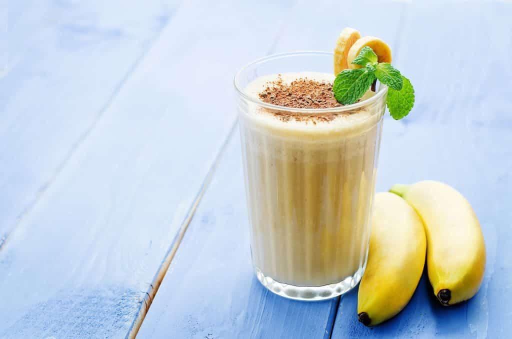 Copo com vitamina de banana