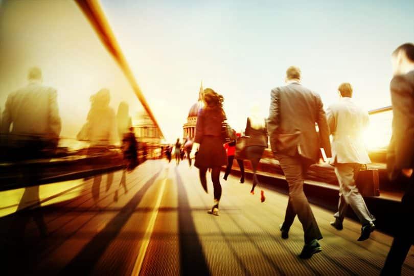 Várias pessoas com roupas casuais andando na rua.