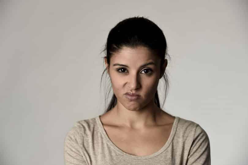 Mulher com expressão facial insatisfeita.