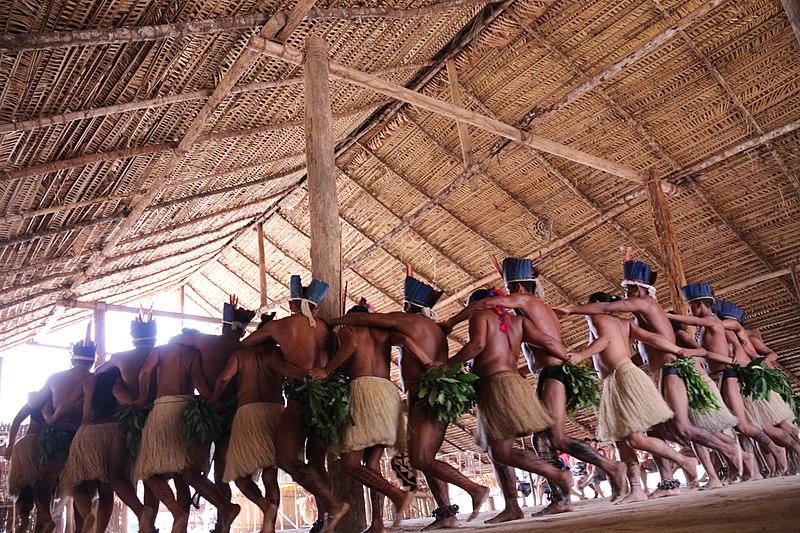Tribo indígena em ritual tradicional.