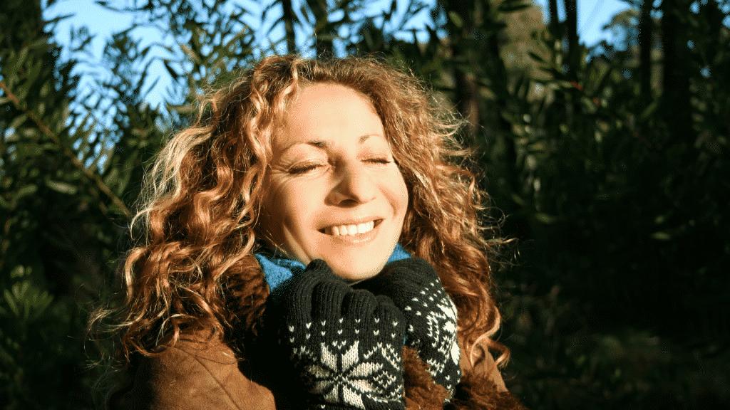 Mulher sorrindo no outono