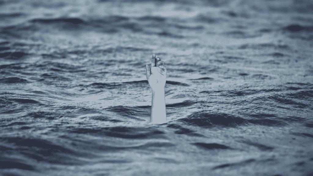 Imagem de uma mão para fora da água do mar