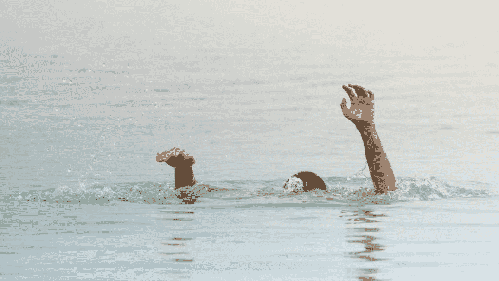 Imagem de uma pessoa se afogando no mar