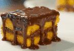 Pedaço de bolo de cenoura com cobertura de chocolate