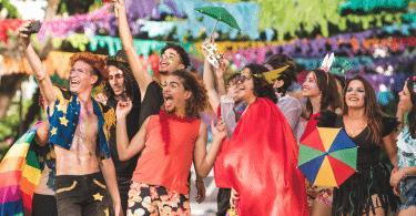Foto de amigos celebrando o carnaval de Recife