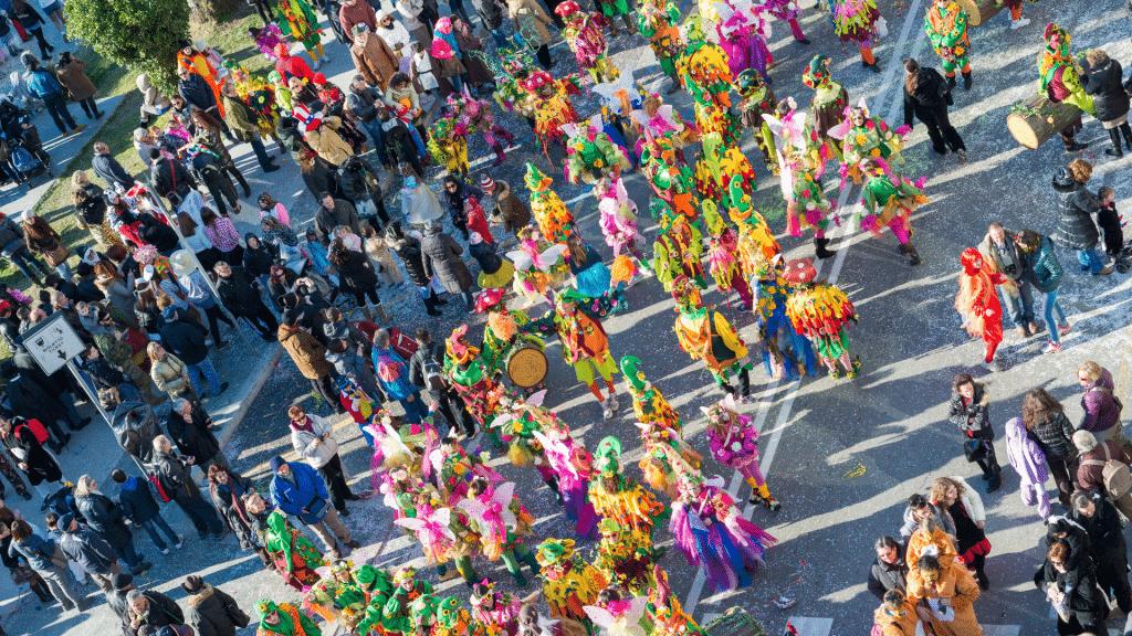 Multidão aproveitando bloquinho de carnaval
