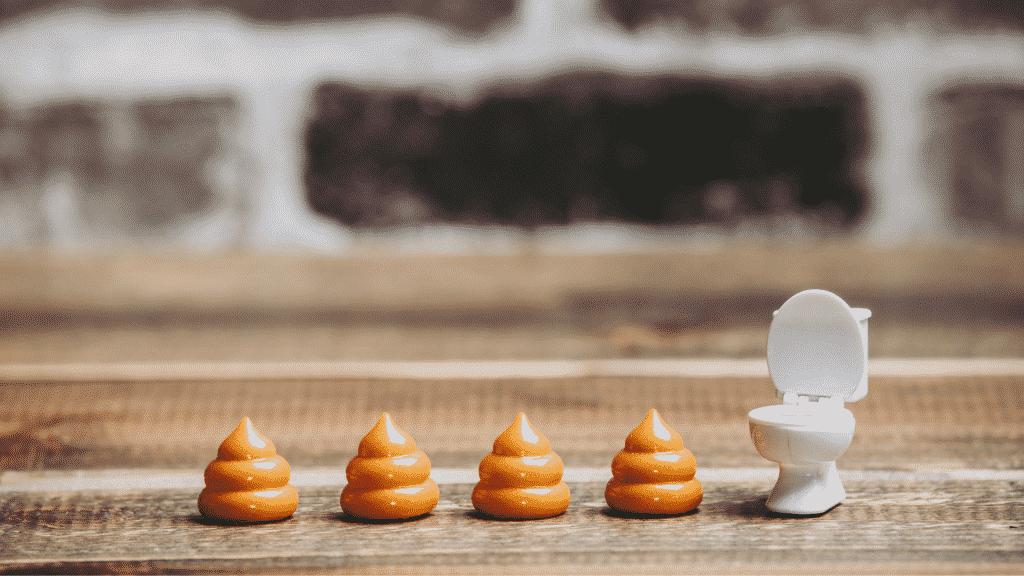 Imagem de miniaturas de fezes e vaso sanitário