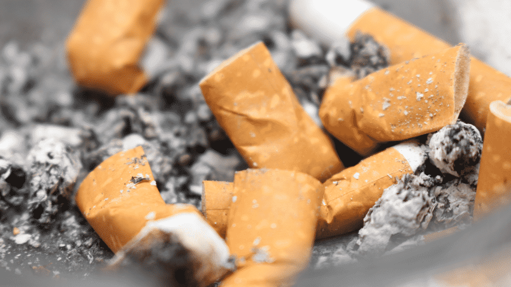 Diversas bitucas de cigarro em um cinzeiro