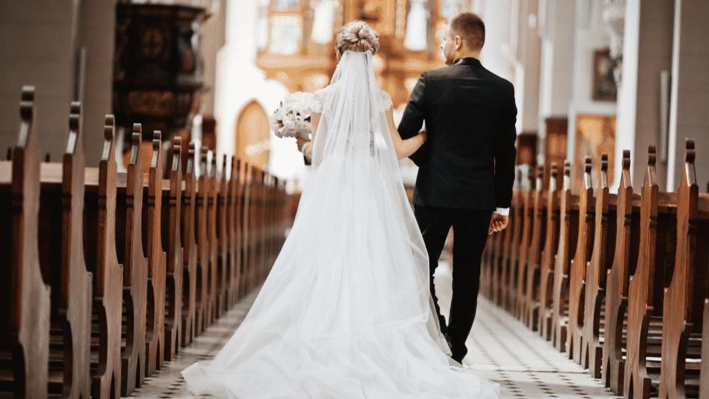 Homem e mulher andando pelo corredor da igreja