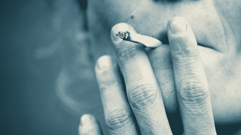 Pessoa fumando cigarro