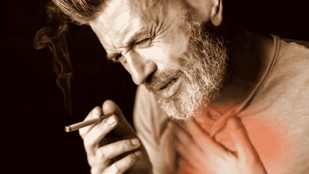 Homem fumando e sentindo dor no peito