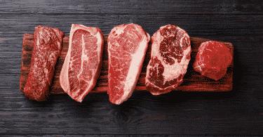 Tábua com carnes cruas