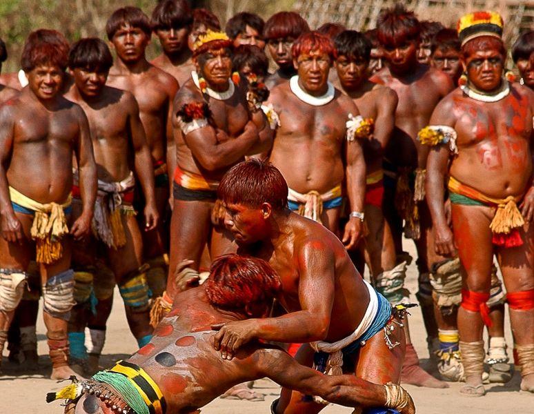 Luta esportiva dos indígenas do Parque do Xingu.