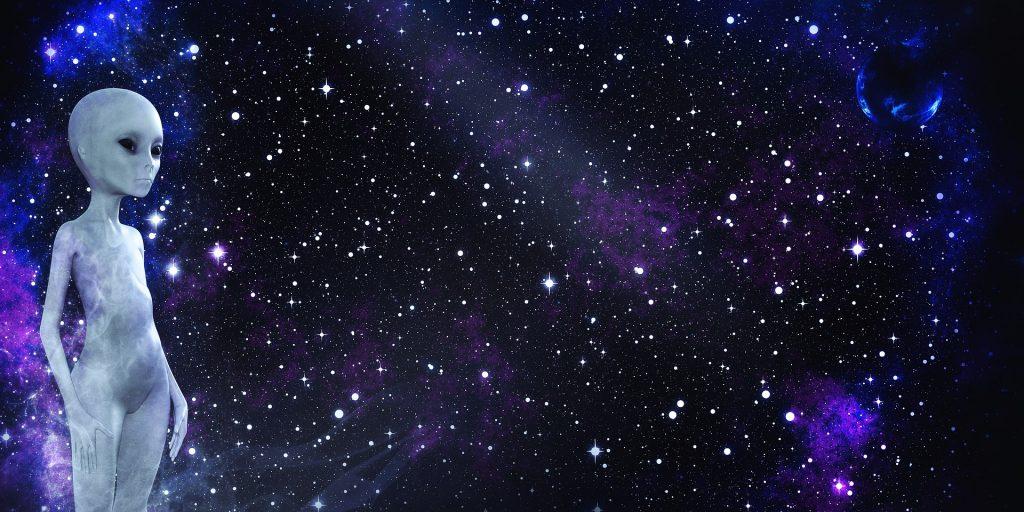 Imagem de um lindo universo estrelado e ao lado a imagem de um extraterrestre em pé.