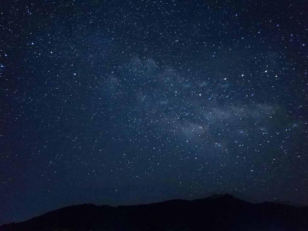 Imagem do céu estrelado com todos os astros brilhando.
