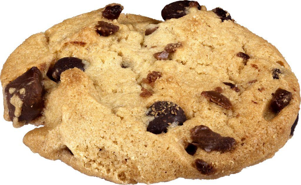 Imagem de um cookie natural feito com gotas de chocolate.