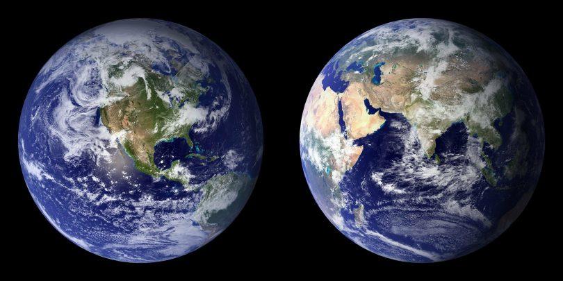 Imagem de fundo preto contendo o planeta terra refletido duas vezes na foto.
