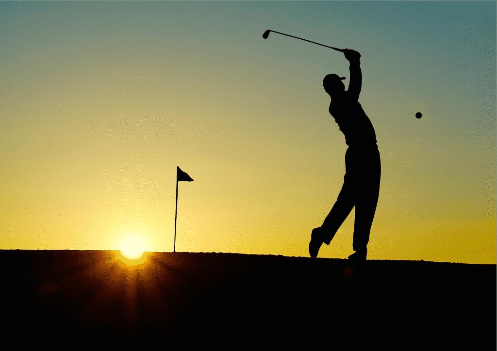 Imagem de um homem jogando golfe e ao fundo um lindo pôr do sol.