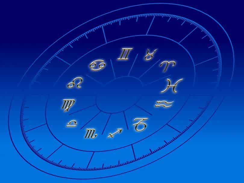 Imagem de fundo azul com o desenho de uma circunferência e nela está desenhado cada símbolo que representa os 12 signos do zodíaco.