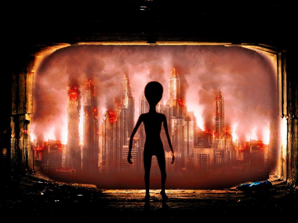 Imagem de um extraterrestre querendo invadir a terra. Os prédios estão em destruição após um ataque.