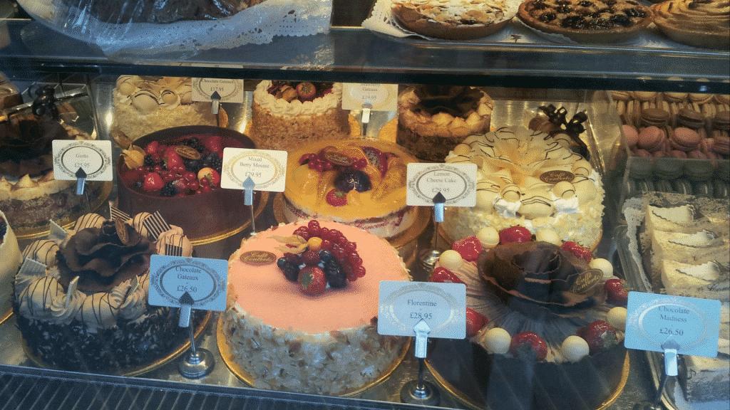 Vitrine de bolos de uma padaria