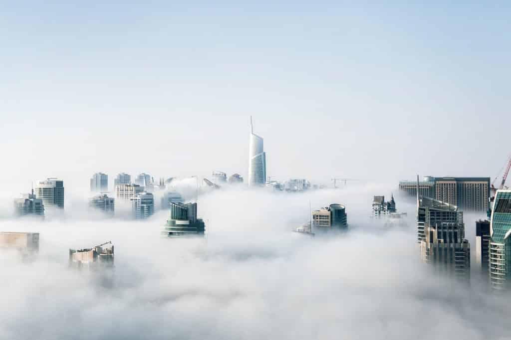 Cidade tomada por fumaça.
