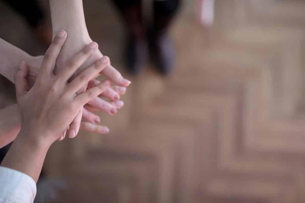 A posição de mãos simbólica de união.