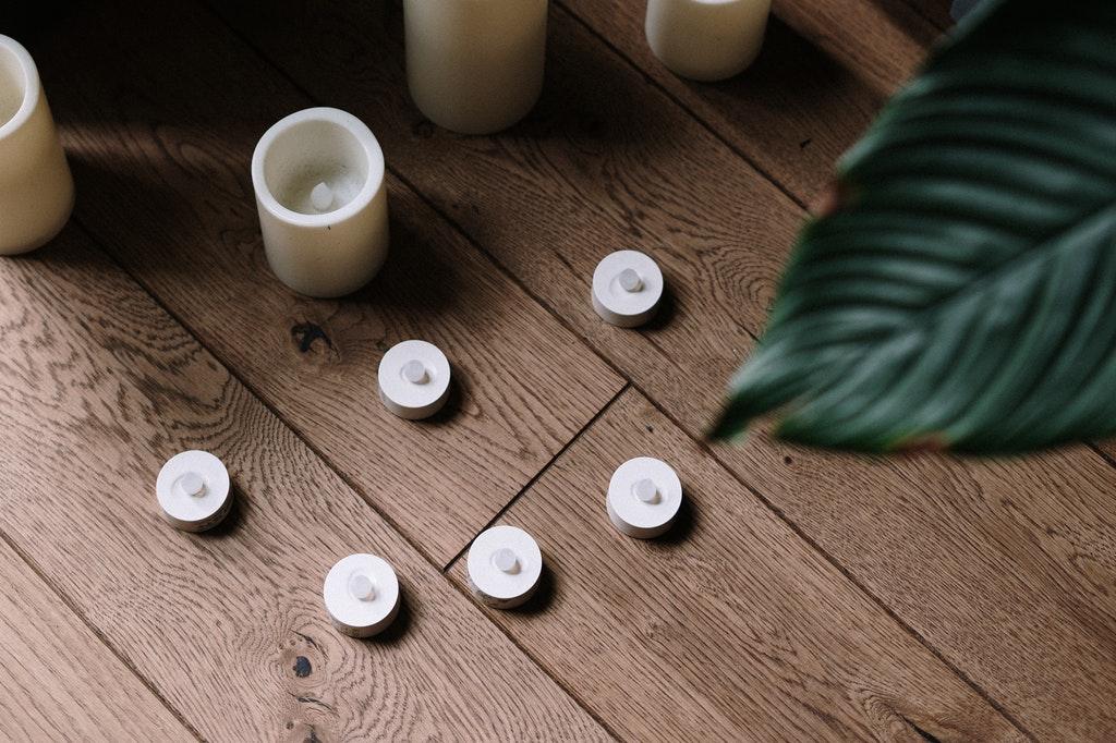 Velas sobre chão de madeira.