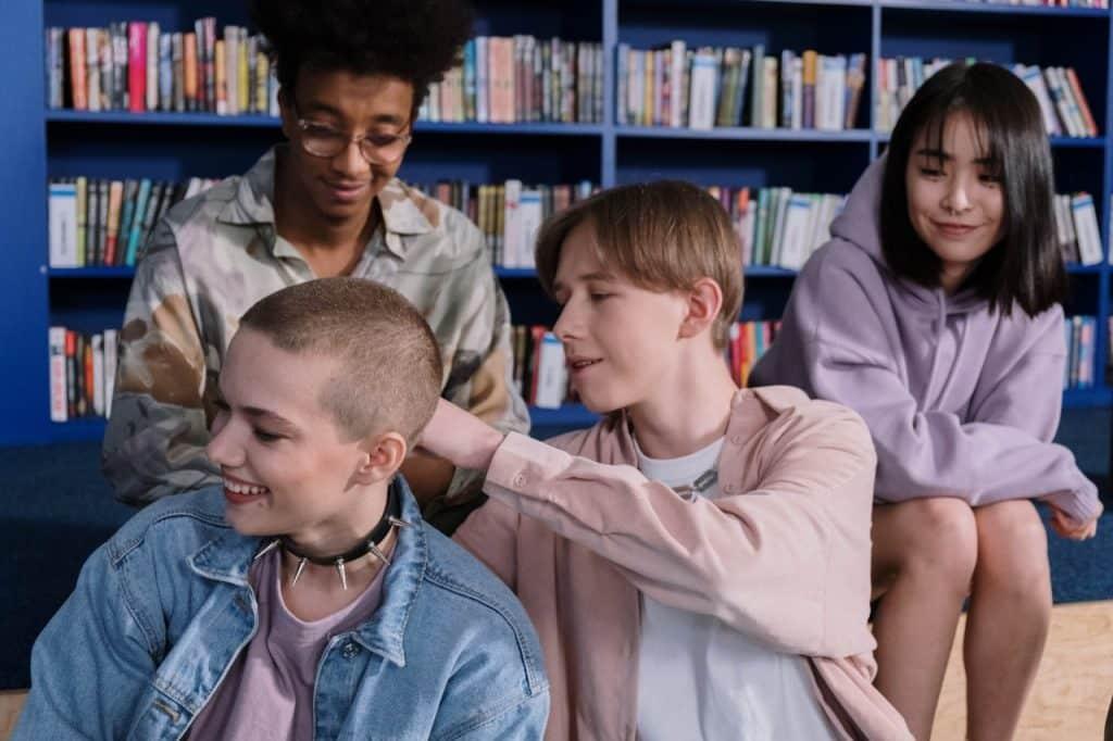 Quatro adolescentes socializando.