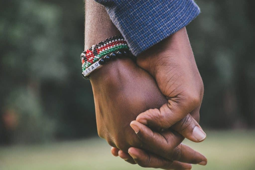 Recorte de casal dando as mãos.