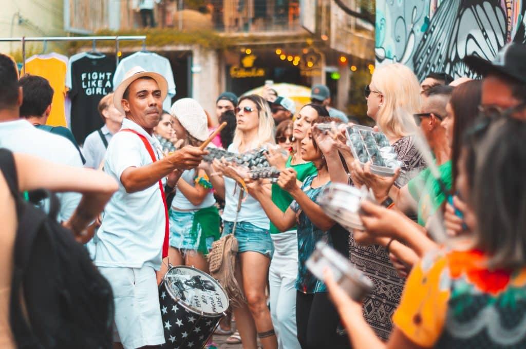 Pessoas unidas comemorando com música