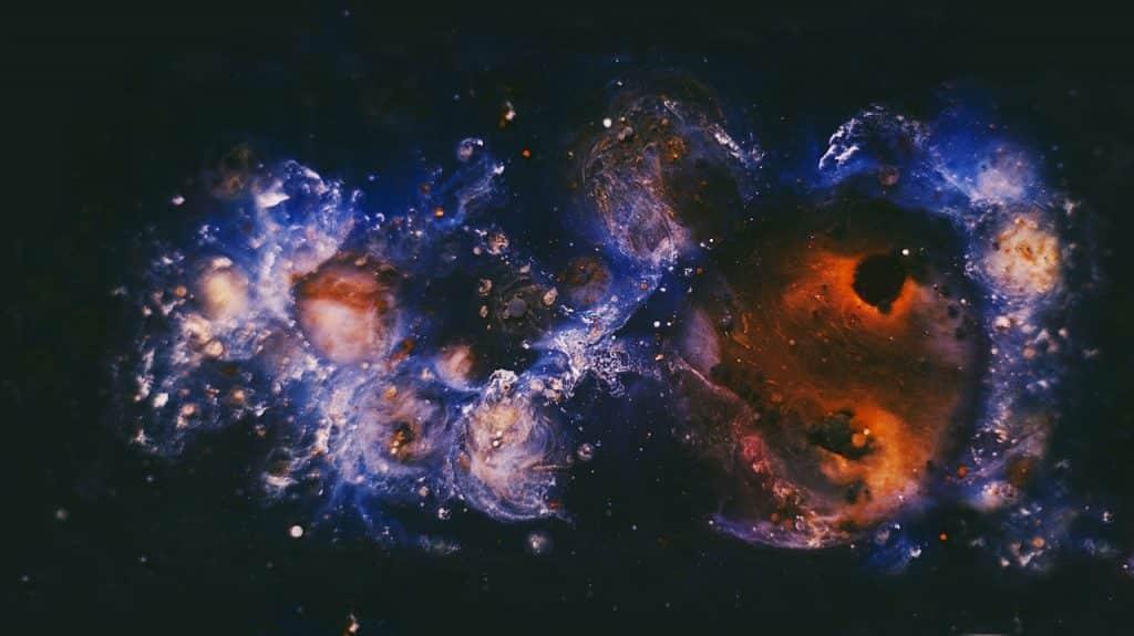 Imagem de vários planetas envoltos em uma nebulosa.