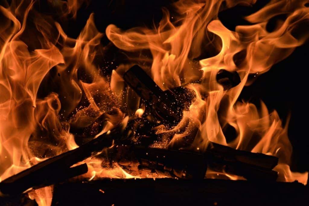 Uma casa pegando fogo.