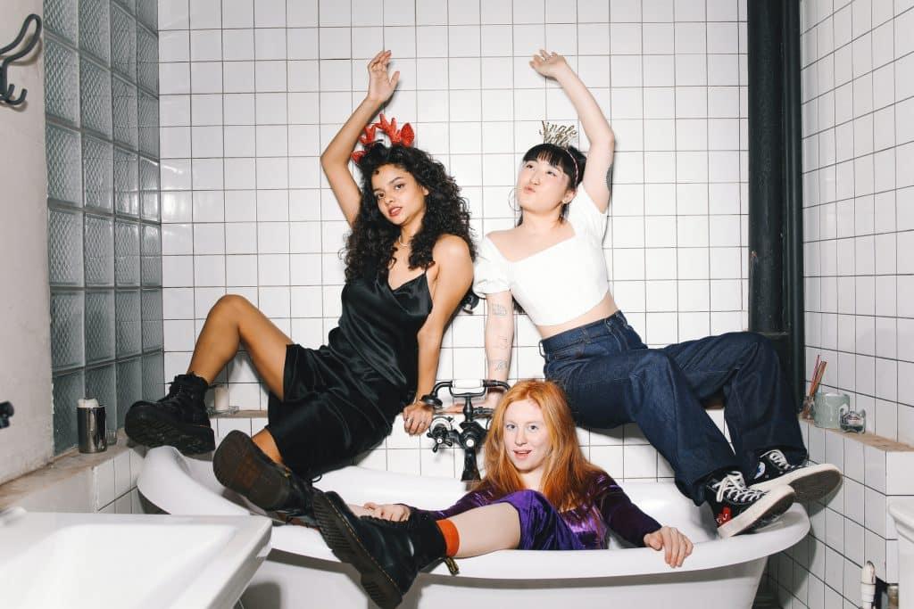 Mulheres sentadas em uma banheira