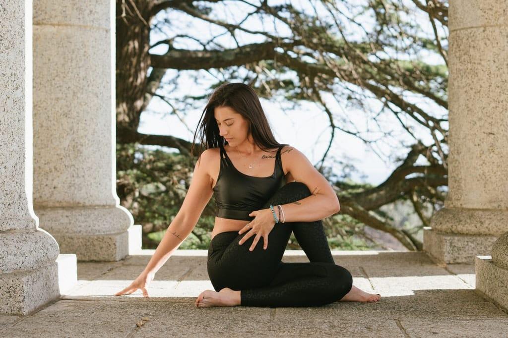 Mulher se exercitando em área aberta.