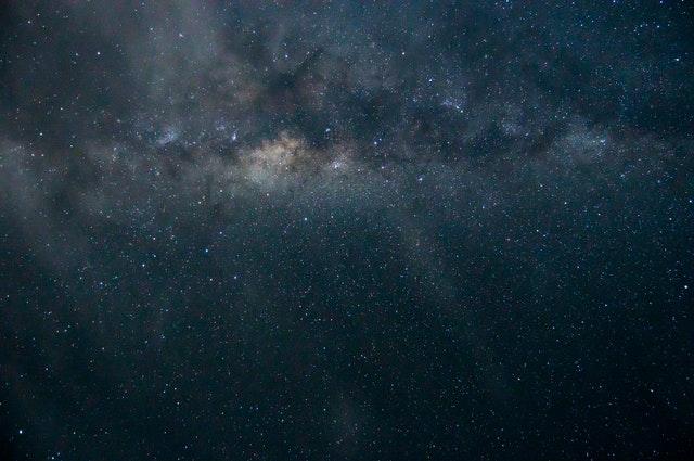 Estrelas no céu azul escuro.