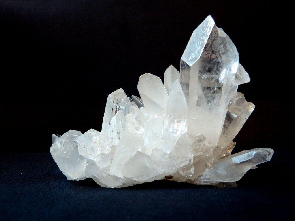 Pedra de quartzo transparente.