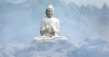 Imagem com muitas montanhas cobertas de gelo e neve e em destaque a estátua de Buda na cor branca.